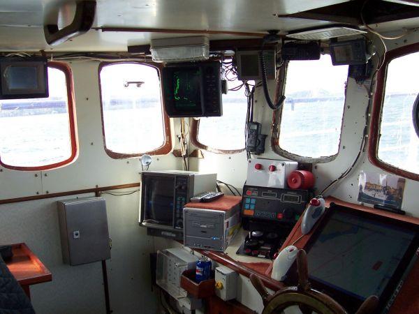 Kaylana SY21 wheelhouse looking to port