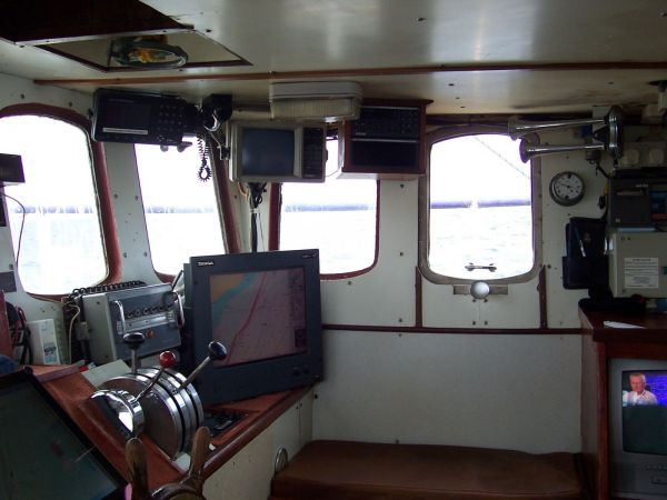 Kaylana SY21 wheelhouse looking to Starboard